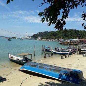 strand bij vissersdorpje